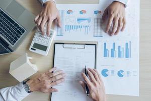 agent houdt grafiek voor leninginvesteringen vast foto