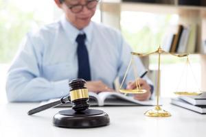 mannelijke advocaat werkzaam bij advocatenkantoor foto