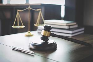 schalen van gerechtigheid en hamer