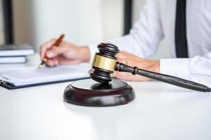 advocaat die aan documenten werkt