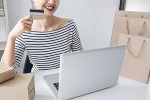 gelukkige vrouw online winkelen foto