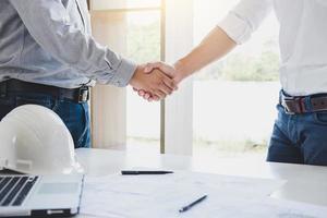 twee architecten ontmoeten elkaar voor een project