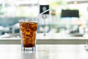 ijskoude cola op tafel