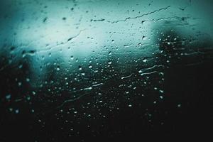 regendruppels op raam foto