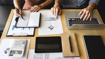 startende zakenmensen brainstormen tijdens vergadering