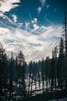 besneeuwde bergscène foto