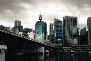 hoge gebouwen dichtbij brug