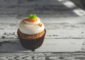cupcake op houten tafel foto