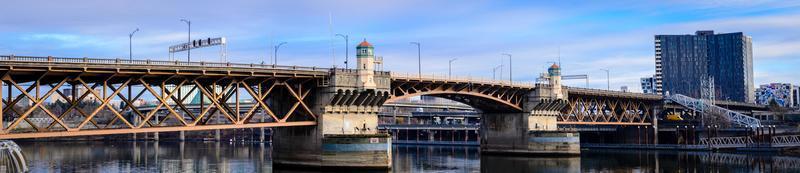 panoramisch uitzicht op betonnen brug in de buurt van portland foto