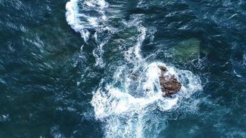 luchtfoto van rotsformatie in de oceaan foto