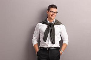 casual man met zijn trui op zijn schouders gebonden foto