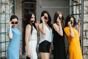 vijf jonge mooie meisjes in de stad foto