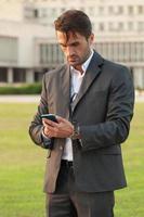 zakenman met de slimme telefoon foto