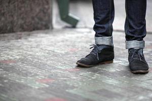 zelfverzekerde man poseren in zelfkant jeans