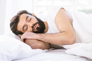 slaperige jonge man in de ochtend foto