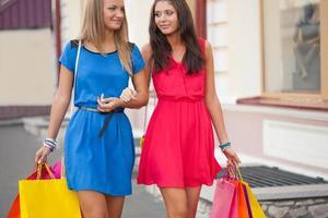 twee vrouwen met boodschappentassen foto