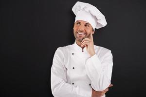 lachende chef-kok die aan de zijkant kijkt
