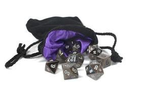 veelvlakkige dobbelstenen in een zak. foto