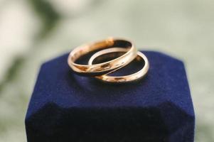 prachtige trouwringen voor bruidegom en bruid foto