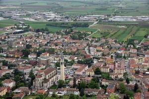 kerk met de klokkentoren van montecchio maggiore foto