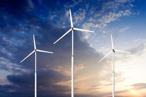 groene hernieuwbare energieconcept - windturbines van de generator in de lucht foto