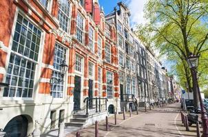 amsterdamse straat met 17e eeuwse woongebouwen. foto