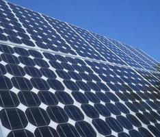 fotovoltaïsche cellen zonnepanelen blauwe hemel foto