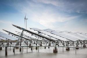 zonne- en windenergie in wadplaten aan de kust foto