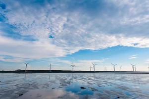 windturbines bij de zonsondergang foto