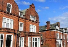 rij van rode bakstenen huizen in de straat