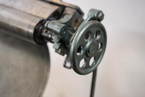 klep van de oude machine in drukkerij foto