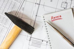 renovatie van huis plannen, een hamer op tafel foto