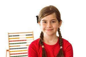 schattig klein meisje met een telraam foto