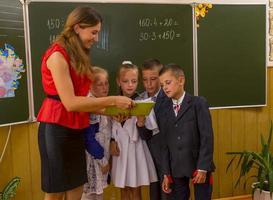 schoolkinderen dichtbij schoolbord foto