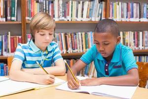 schattige leerlingen tekenen in bibliotheek