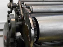 tandwielen van de oude machine in een drukkerij foto