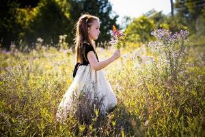 portret van een klein meisje in het park foto