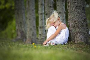 verlegen meisje in het park foto