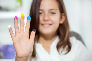mooi schoolmeisje speelt met kleuren foto