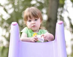 mooie babymeisje met bruin haar foto