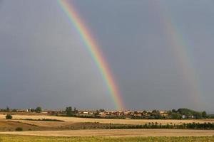 dubbele regenboog in dorpslandschap - doble arco iris paisaje foto