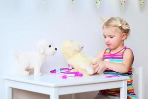 klein meisje arts rollenspel spelen foto