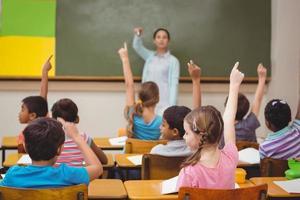leraar die een vraag stelt aan haar klas foto