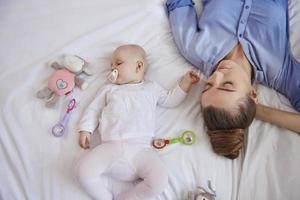 het opvoeden van baby's kan uitgeput zijn foto