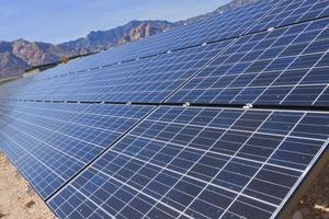 zonnepanelen in de mojave-woestijn. foto