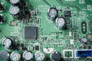 chip en capaciteit op elektronisch bord foto