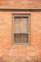 bakstenen muur met raam foto