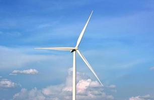 windturbine in blauwe hemel. foto