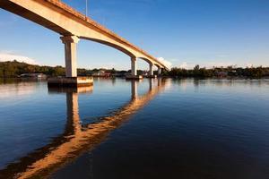 weerspiegeling van de brug met blauwe lucht in sabah, borneo, maleisië