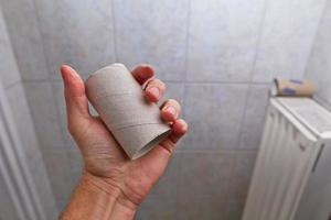 het vinden van een lege rol in het toilet foto